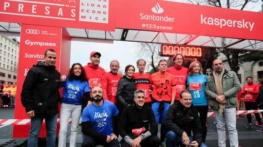 La presidenta de la Comunidad de Madrid, Isabel Díaz Ayuso (c), el atleta Abel Antón (5d), y Fermín Cacho (4i), en la salida de la vigésima edición de la Carrera de las Empresas, este Domingo en el Paseo de la Castellana de Madrid. EFE/Fernando Alvarado