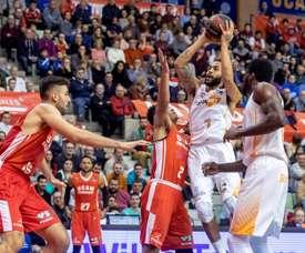 El base estadounidense de Kirolbet Baskonia Pierria Henry (2d) lanza a canasta ante el escolta dominicano de UCAM Murcia Marques Townes (3d), durante el partido de la décimo tercera jornada de la Liga Endesa jugado en el Palacio de los Deportes de Murcia. EFE/Marcial Guillén