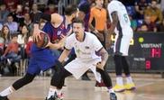 El base de Unicaja Josh Adams (d) defiende el avance de Pau Ribas (i), del Barça, en el partido correspondiente a la 13ª jornada de la Liga ACB que se jugó en el Palau Blaugrana, en Barcelona. EFE/Marta Pérez