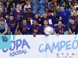 Los jugadores del F.C Barcelona celebran con el trofeo el título de la Copa Asobal conseguido tras vencer en la final al Bidasoa Irún, en Valladolid. EFE/Nacho Gallego