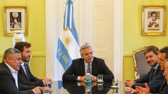 Alberto Fernández hizo de anfitrión con los presidentes de CONMEBOL y AFA. EFE/Esteban Collazo