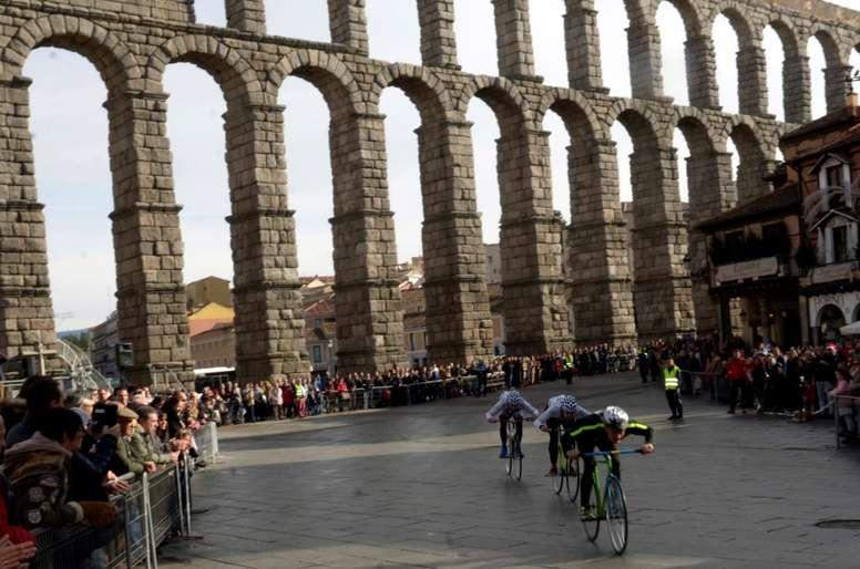 La tradicional Carrera del Pavo para bicicletas sin cadena, que en esta ocasión contó con la participación de 74 deportistas, entre ellos el exganador del Tour 1988 Pedro Delgado, completó su octogésima cuarta edición en la ciudad de Segovia que volvió a echarse a la calle una mañana más del día de Navidad. EFE/Pablo Martín/Archivo
