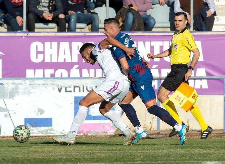 El Levante acabó el partido con dos jugadores menos. EFE