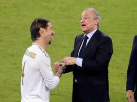 Florentino Perez (R) wished Real Madrid's player luck before the Man City game. EFE