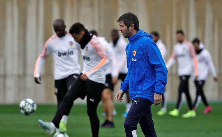 El Valencia podría acudir fuera de fecha al mercado por la lesión de Garay. EFE/Archivo