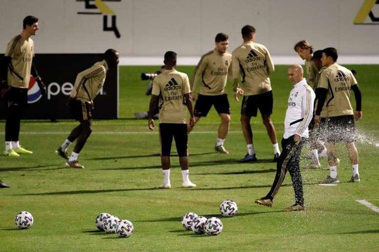 Zidane tem um par de dúvidas no elenco. EFE/ Juanjo Martín /Archivo