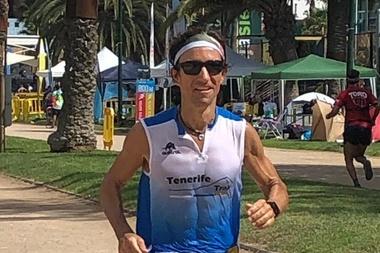 El ultrafondista tinerfeño Eduardo Cebrián, del equipo Tenerife Trail, venció en la prueba de 24 horas del Festival Internacional de Ultramaratón de Atenas, un certamen que celebraba su decimoquinta edición y que contó con 78 corredores representando a 18 países. EFE/ Domingo González
