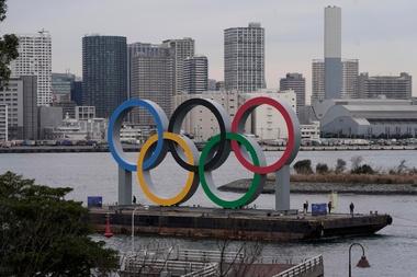 El Gobierno del Área Metropolitana de Tokio desveló hoy unos anillos olímpicos gigantes instalados en la bahía de la ciudad, un monumento que se añade al paisaje urbano de la capital de cara a los JJOO del próximo verano. EFE/KIMIMASA MAYAMA