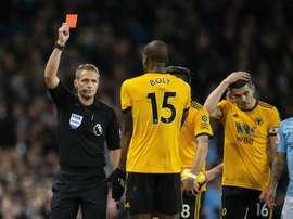 Craig Pawson tuvo que esperar la rectificación del VAR para anular el gol. EFE