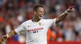 El Sevilla decidirá si Chicharito puede ser campeón de la Europa League. EFE/Archivo