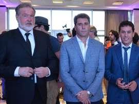 De izquierda a derecha: el embajador de Argentina en Chile, Rafael Bielsa; el gobernador de San Juan, Sergio Uñac; y el secretario de Estado de Deporte, Jorge Chica, este viernes, en San Juan (Argentina). EFE / David Ramiro Leyva