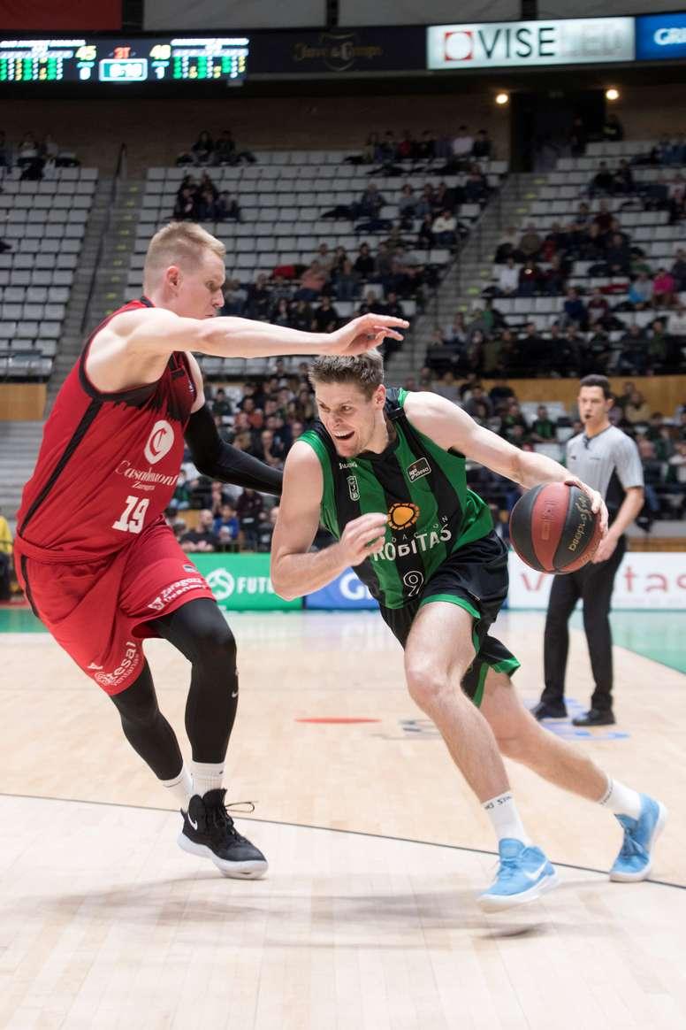 El jugador del Club Joventut Badalona Conor Morgan (d) intenta superar a Robin Benzing (i), del Casademont Zaragoza, en el partido de Liga ACB que se jugó en el Pabellón Olímpico de Badalona. EFE/Marta Pérez
