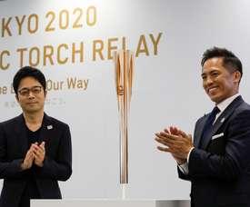Tokujin Yaoshioka (izq), diseñador jefe de la antorcha olímpica de los Juegos de Tokio 2020, y Tadahiro Nomura (dcha), tricampeón olímpico de judo, posan durante la ceremonia de presentación de la antorcha este miércoles en Tokio (Japón). EFE/ Kimimasa Mayama/Archivo