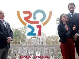 El alcalde de Valencia, Joan Ribó, el presidente de la Federación Española de Baloncesto, Jorge Garbajosa (d), y la directora de la Fundación Trinidad Alfonso, Elena Tejedor, durante la presentación del logotipo oficial del Eurobasket femenino 2021 que se celebrará conjuntamente con Francia en junio de 2021. EFE/Kai Försterling