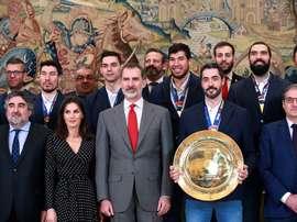 Los reyes Felipe VI y Letizia con la selección masculina española de balonmano, campeona de Europa 2020, durante una audiencia en la Zarzuela. EFE/ Zipi