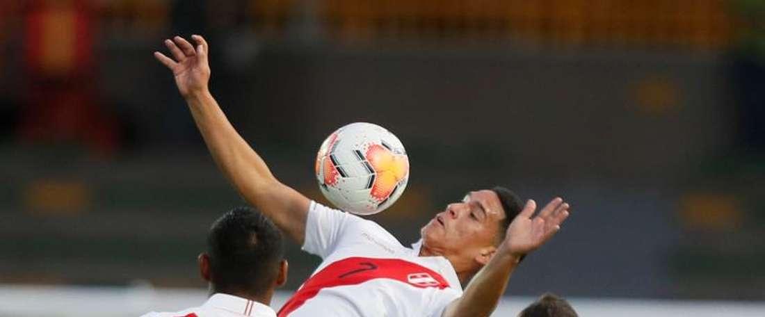 Uruguay sigue soñando y deja a Perú temblando. EFE
