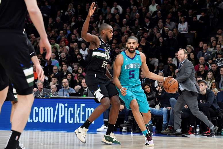 Charlotte Hornet guard Nicolas Batum of France in action against Milwaukee Bucks forward Khris Middleton during the NBA basketball game between the Charlotte Hornets and the Milwaukee Bucks at AccorHotels Arena, in Paris, France, 24 January 2020. (Baloncesto, Francia) EFE/EPA/JULIEN DE ROSA