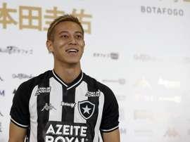 Comportamento de Keisuke Honda chama a atenção no futebol brasileiro.  EFE/Marcelo Sayão