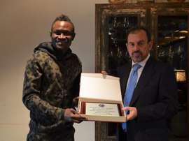 El central del Getafe recibió una placa por sus 100 partidos de azulón. EFE