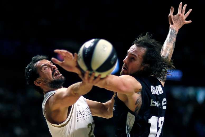 El base del Real Madrid Sergio Llull (c) lanza a canasta durante el partido de cuartos de final de la Copa del Rey de baloncesto ante el RETABet Bilbao Basket en Málaga. EFE/Jorge Zapata