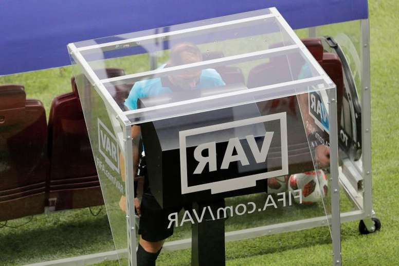 El VAR será protagonista en el camino a Catar 2022. EFE/Archivo
