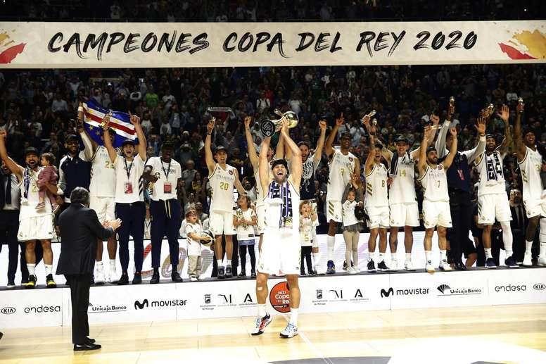 El capitán del Real Madrid, Felipe Reyes, levanta el trofeo que les acredita campeones de la Copa del Rey tras derrotar en la final a Unicaja por 95-68, en el encuentro disputado en el Palacio de Deportes José Mª Martín Carpena, en Málaga. EFE/Jorge Zapata.