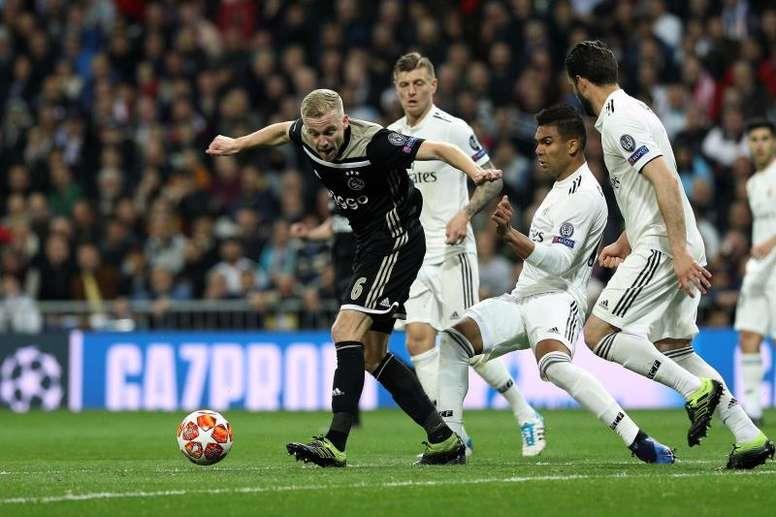 Van de Beek, según De Boer, quiere jugar en el Madrid. EFE
