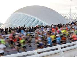 Los 25.000 corredores inscritos en la edición número 39 del Maratón Valencia Trinidad Alfonso, a su paso por el Oceanogràfic . EFE/ Juan Carlos Cárdenas/Archivo