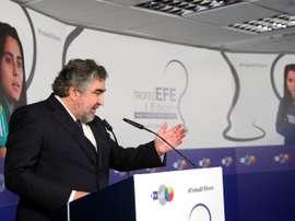 La felicidad del ministro de Deporte con el convenio femenino. EFE/Emilio Naranjo