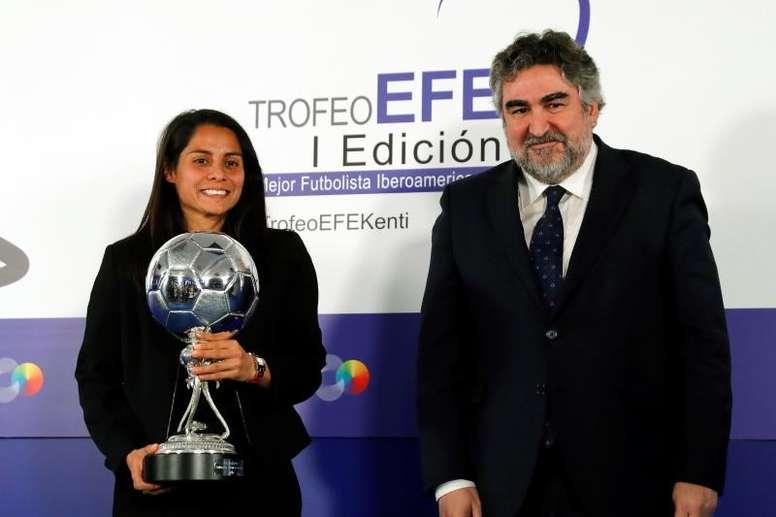 Kenti Robles recibió el primer I Trofeo EFE la mejor latinoamericana. EFE/Ballesteros