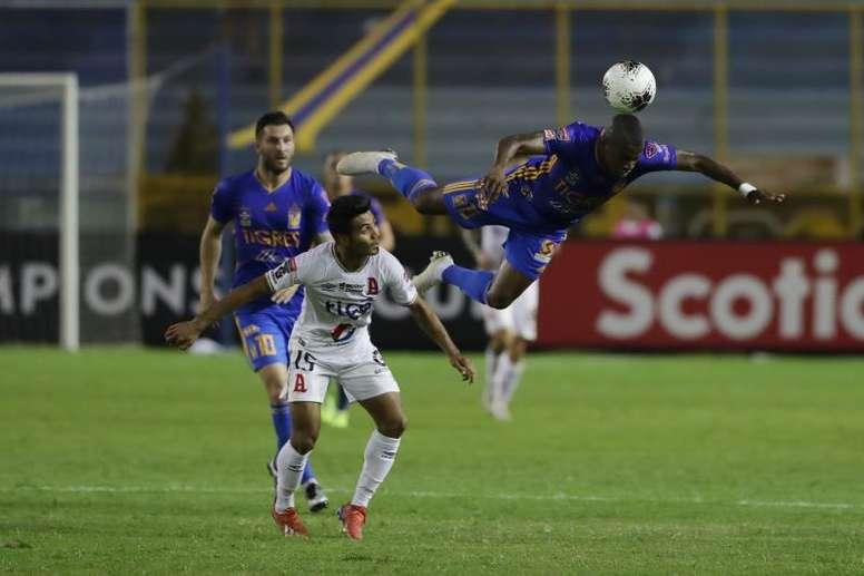 Enner Valencia (d) podría dejar Tigres. EFE