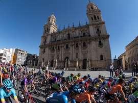 Pelotón a su paso por la Catedral de Jaén en la salida neutralizada de la tercera etapa de la LXVI Vuelta Ciclista a Andalucía. EFE/Carlos Cid