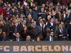 Una pegatina del Madrid, motivo de burla en el Camp Nou. EFE