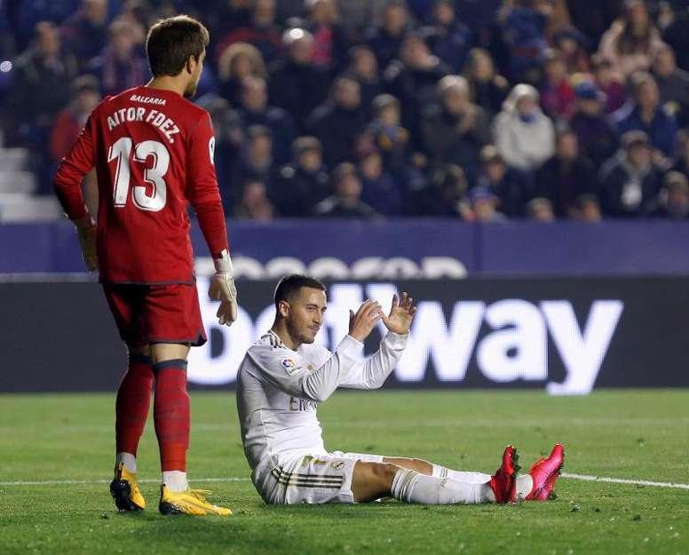 Eden Hazard sort du terrain en boitant. AFP
