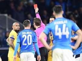 Après son expulsion, Vidal s'est emporté contre les tribunes napolitaines. EFE