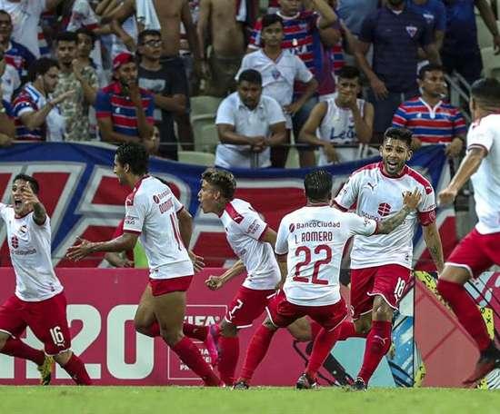 Un gol en propia puerta en el añadido rescata a Independiente. EFE