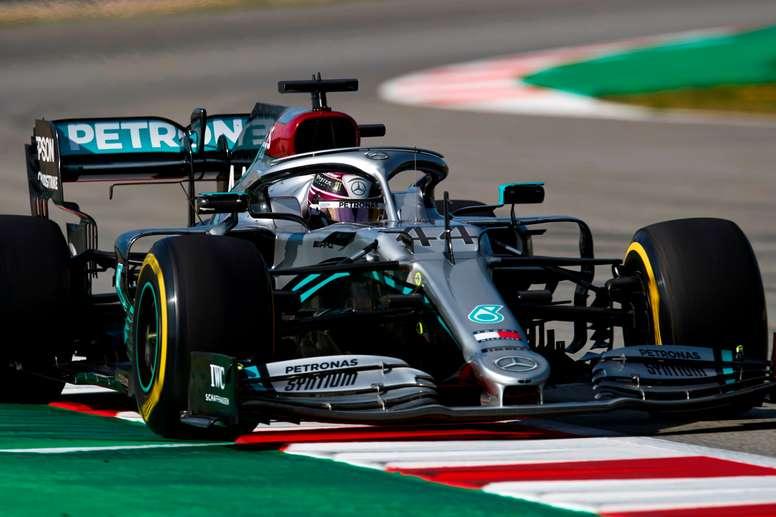 El piloto británico de Mercedes, Lewis Hamilton, durante la tercera y última jornada de la segunda tanda de entrenamientos oficiales de pretemporada de Fórmula Uno que se realizan en el Circuito de Barcelona-Cataluña. EFE/Alejandro García