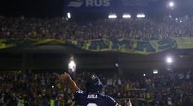 El día que Ábila subió a una alambrada a por una camiseta. EFE/Juan Ignacio Roncoroni
