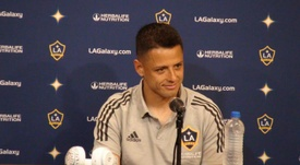 El gerente general de los LA Galaxy aseguró que Chicharito seguirá en el equipo. EFE