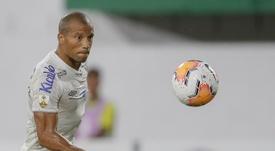 Carlos Sánchez tem mais um ano de contrato com o Santos. AFP