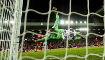 Adrián San Miguel será el segundo meta del Liverpool un curso más. EFE