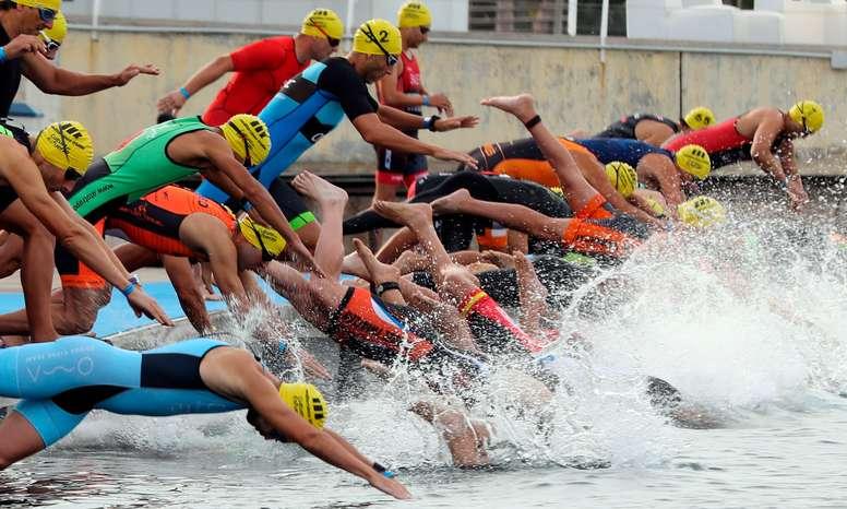 Varios triatletas saltan al agua durante la novena edición del Valencia Triatlón. EFE/Kai Försterling/Archivo