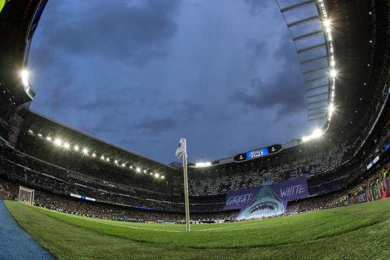 El Bernabéu, improvisado escenario para recoger ayudas. EFE