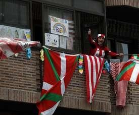La afición del Athletic cantó el himno desde los balcones. EFE/Luis Tejido