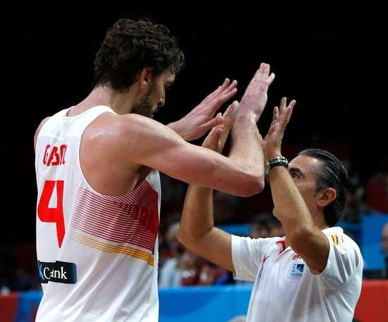 El pívot de la selección española de baloncesto Pau Gasolsaluda al entrenador Sergio Scariolo. EFE/Juan Carlos Hidalgo/Archivo