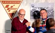 Jorge Martínez Aspar recibe de mano del presidente de Dorna, Carmelo Ezpeleta, la medalla de Moto GP Legend que le acredita como nuevo miembro del Salón de la Fama del motociclismo, el pasado mes de noviembre. EFE/Manuel Bruque/Archivo