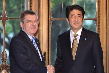 El primer ministro japojés, Shinzo Abe (d), da la bienvenida al presidente del Comité Olímpico Internacional (COI), Thomas Bach. EFE/Kazuhiro Nogi /Archivo
