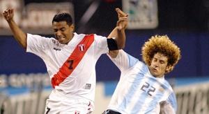 Nolberto Solano (i) tuvo un debut a la altura del mejor sueño. EFE/Archivo