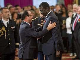 Hijo de soldado, político, periodista y agente: así era Pape Diouf. EFE