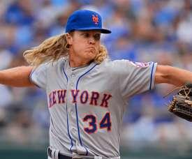 En la imagen un registro de Noah Syndergaard, lanzador estelar derecho de los Mets de Nueva York, quien superó con éxito la operación de Tommy John, que le realizó el doctor del equipo, David Altchek, en West Palm Beach (Florida). EFE/Larry W. Smith/Archivo